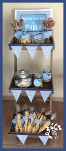 Mesa dulce de primera comunión para niño en madera.