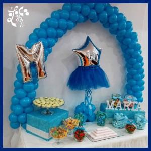 Mesa dulce de primera comunión para niña de color azul con globos y chucherías