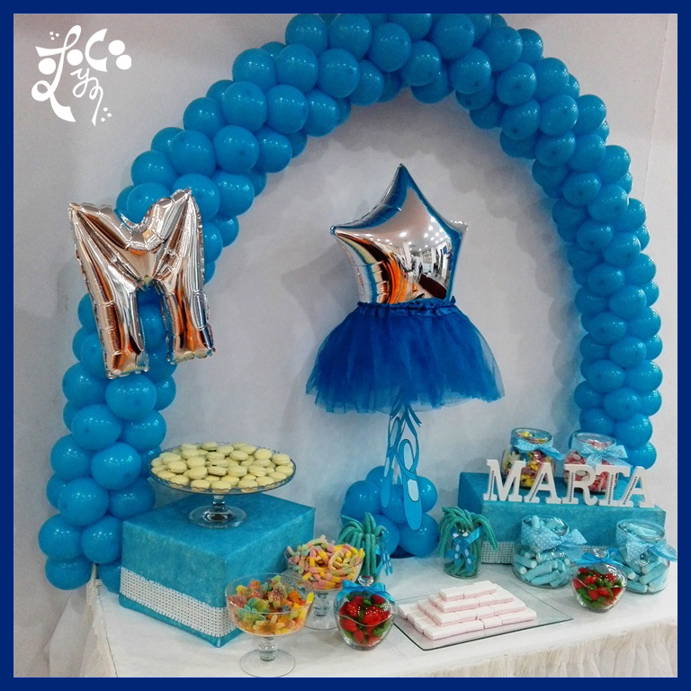 Mesa dulce de primera comuni n para ni a de color azul con for Mesas dulces comunion nina